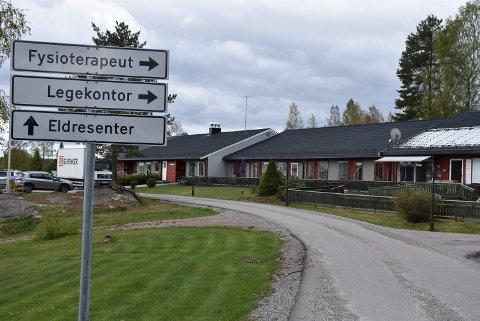 Det er tøffel-avstand mellom trygdeboligene og eldresenteret, mens det fra Aurskog til Rømskog er over 4 mil. Likevel må de eldre få middagen fra Aurskog, hvis de vil spise hjemme hos seg selv.