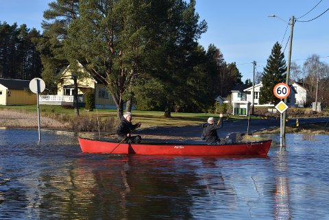 Kompisene Bjørn Sand (t.h.) og Stein Lier slapp å gå ut av kanoen for å forsere veien ved Holmenbyen.