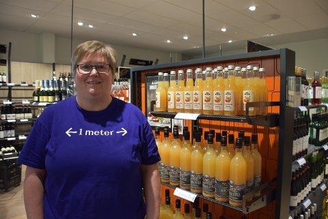 Liv Torhild Lorentzen, som er butikksjef ved Vinmonopolet på Bjørkelangen,  kan fortelle at dagsomsetningen passerte 3.000 liter alkohol for første gang. Foto: Trym Helbostad
