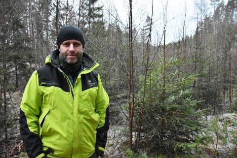 Skogeier og skogbruksleder Mads Wiel mener det er mulig å øke den bærekraftige avvirkningen ytterligere i Aurskog-Høland med gode skogbruksplaner. – Bak meg er et eksempel hvor bjørka kunne blitt hogd ned, slik at grana kunne få enda bedre vekstkår, sier han.  Foto: Trym Helbostad