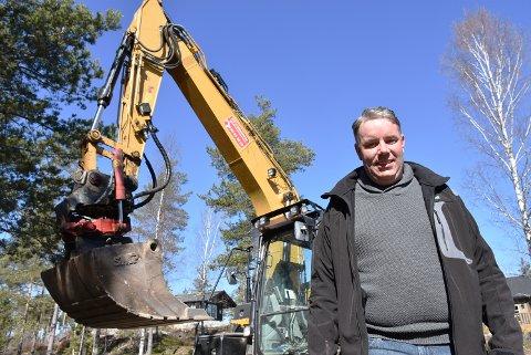 Carl Fredrik Svendsen startet opp for seg selv i fjor. Med økende arbeidsmengde søker han etter en ny maskinfører. Arkivfoto: Trym Helbostad
