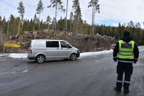 I enden av Sukkerveien på Setskog, sto en patrulje fra Tollvesenet og kontrollerte personer og kjøretøy som kom fra Sverige mandag. Foto: Trym Helbostad