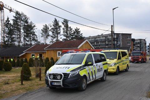 Nødetatene var raskt på plass da det kom melding om brann ved en institusjon på Bjørkelangen onsdag morgen. Foto: Trym Helbostad