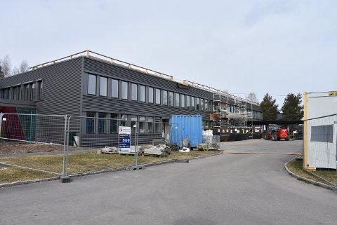 Hovedbygget pusses opp for nærmere 70 millioner kroner og arbeidet er i rute, melder fylkeskommunen. Foto: Trym Helbostad