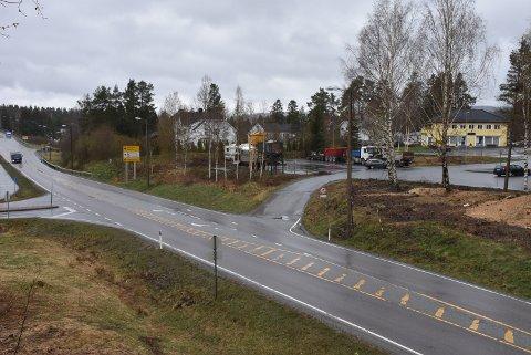 Avkjøringen til Aurskog stasjon (midt i bildet) skal utbedres i løpet av sommeren, etter at busselskapet har meldt om flere nestenulykker. Foto: Trym Helbostad