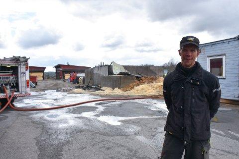 – Det var en sjokkartet opplevelse, jeg ble ganske skjelven etterpå, sier  Terje Trætteberg etter at flissiloen i bakgrunnen brant ned tirsdag.