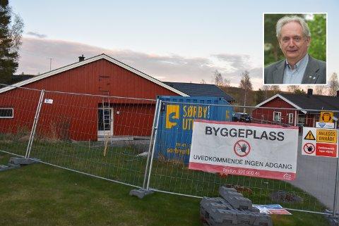 I likhet med øvrige politikere i formannskapet, mener ordfører Gudbrand Kvaal (innfelt) at ombyggingen av Rømskog eldresenter skal fortsette som planlagt, selv om byggeprosjektet blir flere millioner kroner dyrere enn først antatt. Foto: Trym Helbostad