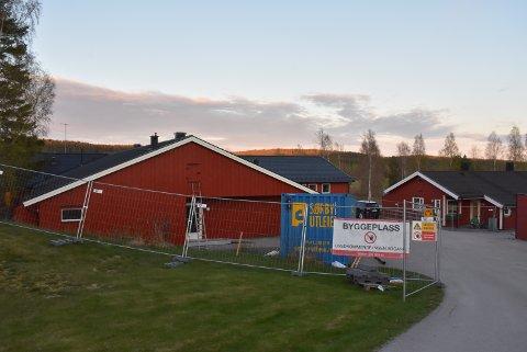 Arbeidet med å bygge Engehaget omsorgsboliger på Rømskog ble stoppet i vår. Nå er det enighet om å starte opp igjen.