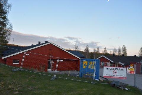Ombyggingen av Rømskog eldresenter kan bli ti millioner kroner dyrere enn planlagt.  Omsorgsboligene til venstre i bildet ble nesten sluttført før arbeidene ble stoppet, opplyser entreprenøren Bygg med oss.