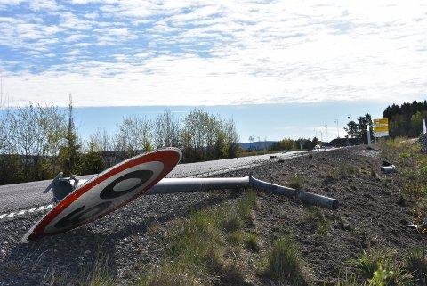 Bildeler og et trafikkskilt ligger igjen på bakken, etter at en bil trolig kjørte det ned lørdag morgen. Foto: Trym Helbostad