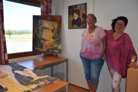 Inger Lise Ruud (t.v.) og  Sølvi Antonette Dalhaug innbyr til både quilte- og malekurs.