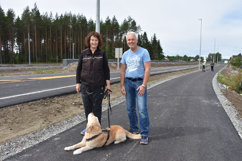 – Dette er en gledens dag for bygda, sier Morten Tangerud som i likhet med Annie Hovet og andre beboere i området ser fram til å ferdes trygt langs fylkesvei 169.