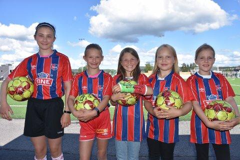 Nora Bakken Lund (t.v.), Ida Bakken Lund, Linea Alhaug Haugli, Andrea Halvorsen Kristoffersen og Mille Bjerke Jacobsen gleder seg til fotballskolen på Bjørkelangen.