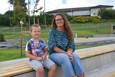 – Det var på høy tid at Gansdalen fikk en ny barnehage. At alle barna samles i en barnehage tror jeg er veldig viktig for lokalmiljøet, sier Malgorzata Konowrocka som er veldig glad på vegne av sønnen Osker (5). Foto: Trym Helbostad