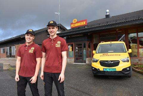 Mikael Kjus (t.v.) og Petter Bjerke kan se tilbake på en hektisk og lærerik tid etter at Pizzabakeren startet nederst i gågata for et år siden. Foto: Trym Helbostad