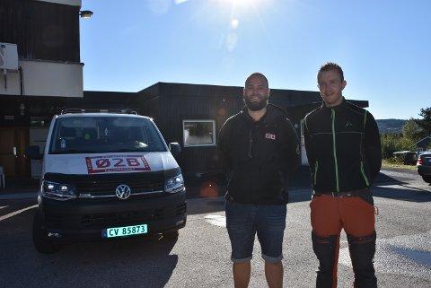 Martin Jørgensen (t.v.) og Kenneth Sørlie i firmaet Østlandske Bygg og Betong AS skal sørge for at sentralkjøkkenet i Aurskog (i bakgrunnen) endelig blir ferdig ombygd.