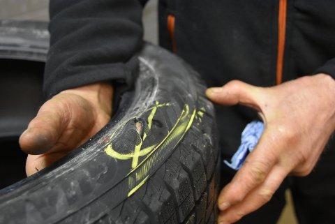 Ved hjelp av en skarp gjenstand, har uvedkommende stukket hull på to dekk. Bilen sto parkert utenfor Hemnes sykehjem nyttårsnatten. Foto: Trym Helbostad