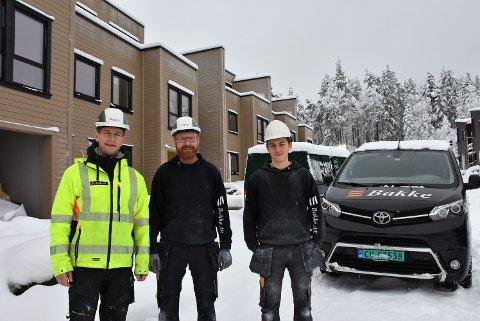 Magnus Andersson (t.v.), Espen Lunder og Stian Hagbartsen har mer enn nok å gjøre med å ferdigstille boligene Bakkegruppen setter opp ved Granåsen i Fet.