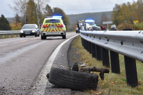 En personbil mistet det ene forhjulet etter å ha kollidert med autovernet på fylkesvei 170 mandag.