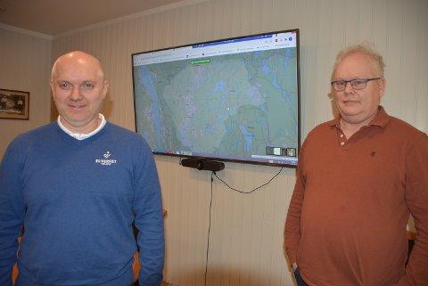 Strømbruddskartet i bakgrunnen vil vise eventuelle strømbrudd i området El-verket Høland dekker, kan Øystein Foss Vold (t.v.) og Erik Solberg fortelle. Foto: Trym Helbostad