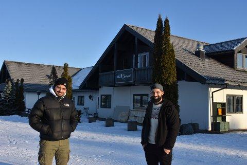 Aemal Omari (t.v.) blir daglig leder for Grillkroa Aurskog og får gode råd på veien fra storebror Ahmad Shah Omari som styrer Hølands pizzahouse på Bjørkelangen. Foto: Trym Helbostad