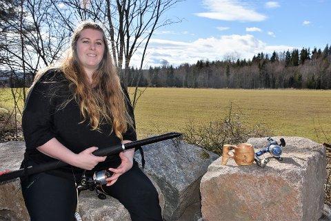 – Jeg vet det er et behov og vi har utstyr til de som vil prøve, sier Therese Halvorsen som vil at flere jenter og damer skal få kjenne gleden ved å fiske laks. Foto: Trym Helbostad