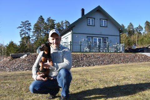 Lars Grasmo (45), her med jaktterrieren Pia på fanget, gleder seg til å begynne i ny jobb. Foto: Trym Helbostad