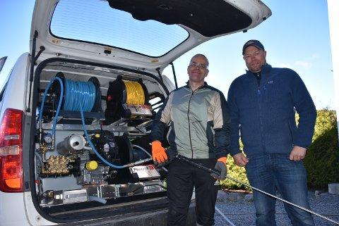 Odd Tore Berg (t.h.) og Thor Lie har alt de trenger i en spesialbil. Foto: Trym Helbostad