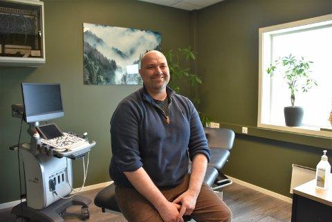 Are Hansen (47)  satser for fullt som privatpraktiserende lege i Aurskog-Høland. Foto: Trym Helbostad