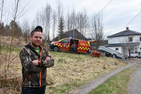 – Det var bra brannen ble oppdaget tidlig, slik at det var mulig å slukke før den spredte seg til nabohuset som ligger nærmest, sier Simen Sletten Nilsen. Foto: Trym Helbostad