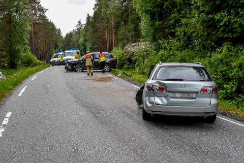 To biler kolliderte front til front fredag ettermiddag.