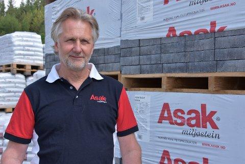 – Jeg vil gjerne snakke med noen av dem som mister jobben, sier Espen Asak, fabrikksjef ved Asak på Roven, som kan tilby Wavin-ansatte ny jobb. Foto: Trym Helbostad