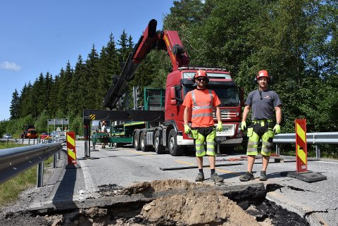 Espen Eriksen (t.v.) og Jonas Aae fra det nasjonale bruberedskapslageret på Holtermoen skal fikse en midlertidig bru, slik at fylkesvei 170 kan åpnes igjen i løpet av tirsdag. Foto: Trym Helbostad
