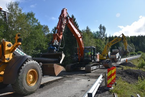 Mandag morgen var arbeidet i full gang for å utbedre fylkesvei 170, slik at veien mellom Bjørkelangen og Setskog kan åpnes igjen. Foto: Trym Helbostad