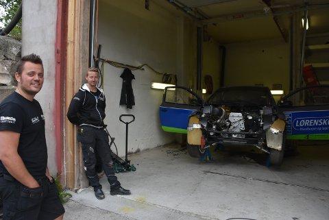 Hans-Jøran Østreng (t.v.), Espen Sørlie og team Østreng Motorsport fikk løpsbilen klar til helgens EM-runde i Sverige. Foto: Trym Helbostad