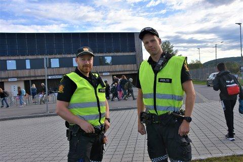 Arve Sagmo (t.v.) og Oscar Hagen fra Aurskog-Høland lensmannskontor hadde ingen ting å bemerke etter kontrollen ved Bjørkelangen skole, men lover flere kontroller ved lokale skoler i tiden som kommer. Foto: Trym Helbostad