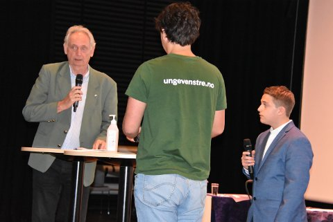 Valon Rushiti (t.h.) måtte avbryte Gudbrand Kvaal (t.v.) da ordføreren ikke ville gi seg i rovdyrdebatten mot Petter Tennfjord. Alle foto: Trym Helbostad