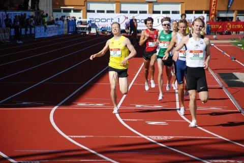 HAKK I PLATA: Markus Einan (til venstre) var nok en gang med i medaljestriden på 800 meter i NM, men gullet glapp igjen. Foto: Jon Wiik.