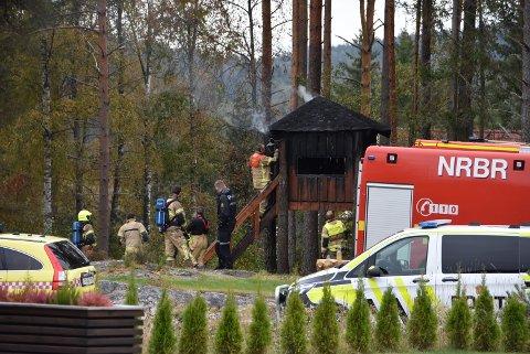 En nabo oppdaget brannen i en trehytte i Aurskog. Begge foto: Trym Helbostad