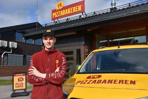 Petter Bjerke driver Pizzabakeren på Bjørkelangen, som omsatte for over 5 millioner kroner i sitt første hele driftsår. Foto: Trym Helbostad