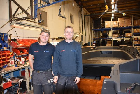 Rickard Green (t.v.) og Mads Langstad er to lokale som har fått jobb ved hjørnestensbedriften Cipax. Alle foto: Trym Helbostad