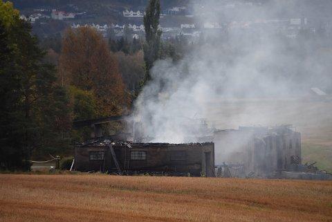 Tirsdag formiddag røyk det fortsatt fra brannstedet. Låven brant ned til grunnen og store verdier gikk tapt.