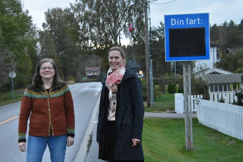 Reidun Flinterud (t.v.) og Vibeke Ragnøy er glade for at pendlertrafikken og tungtransporten ikke lenger går gjennom boligområdet, men skulle gjerne hatt slutt på råkjøringen. Foto: Trym Helbostad