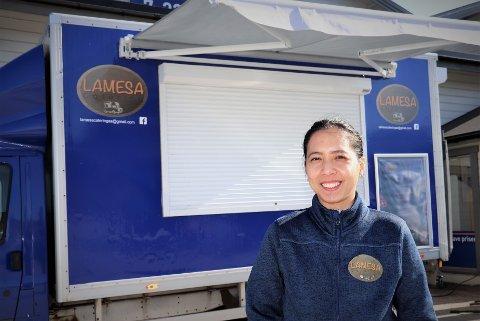 Christine Steinsvik lager alt av forberedelser av den asiatiske maten i forkant av salgsdagene, før den tilberedes og selges rykende varm og fersk fra foodtrucken som hun og ektemannen Magne gjennom firmaet Lamesa har investert i.