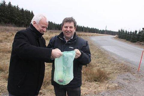 Søppelet ditt kan bli til gass på denne tomta på Grødaland i Hå. Frå venstre: Direktør i IVAR Kjell Øyvind Pedersen og Hå-ordførar Terje Mjåtveit.