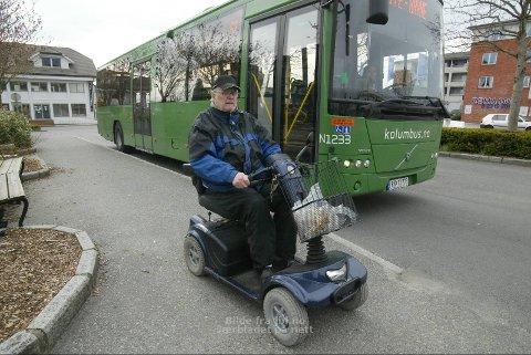 FULL STOPP: Ole Røstad har tatt mykje buss, og alltid har det vore bussar som han kunne kjøra rett inn på, slik som denne. Men mandag morgon fann Røstad ut at det ikkje er nokon rett å få bli med bussen når ein rullar på fire hjul.