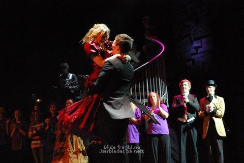 [b]ENTUSIASME: [/b] Sindre Mæle Bråthen løftet Irene Nessa Bjørnevik etter forestillingen. De to spiller baron Christian Blackstone og lady Arabella Diovannia i musikalen Blackstone.