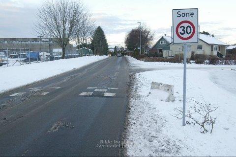 FRA 30 TIL 40: Herfra og et stykke mot skolen skal fartsgrensen settes opp fra 30 til 40 km/t. Fartsputene skal erstattes med fartshumper.