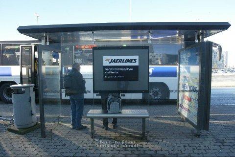 KAMP OM OPPMERKSOMHETEN: Jaerlines har skilt på flybuss-skuret, og rutene er slått opp inni, men det er de hvite flybussene til Stavanger som er mest synlige i mylderet utenfor Stavanger lufthavn Sola. Enkelte passasjerer har hatt problemer med å finne den jærske flybussen.