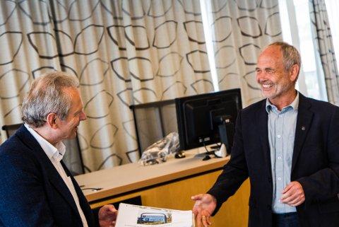 LEVERT: Her leverer Henning Lode over 1500 underskrifter mot flytting av legevakt til ordfører Jonas Skrettingland.